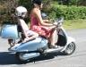 sisilisko-electric-vehicles-oy-sahkoskootterit-sinivalkoinen-sisilisko-retro-sahkoskootteri-kesaista-menoa