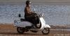 sisilisko-electric-vehicles-oy-sahkoskootterit-valkoinen-cemoto-city-cruiser-sahkoskootteri-hiekalla