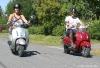 sisilisko-electric-vehicles-oy-sahkoskootterit-hopean-ja-punainen-cemoto-city-cruiser-sahkoskootterit-kesaajelulla